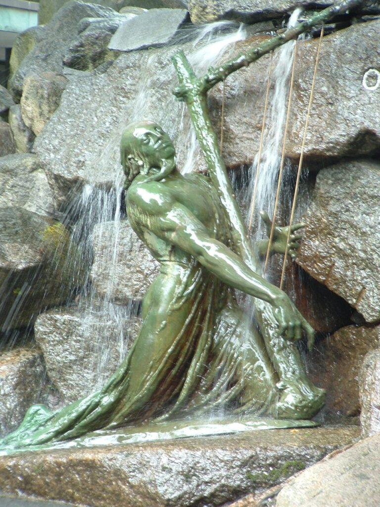 """Стефан Синдинг, """"Фоссегрим, играющий на арфе под водопадом"""". Деталь памятника норвежскому скрипачу Уле Буллю в Бергене"""