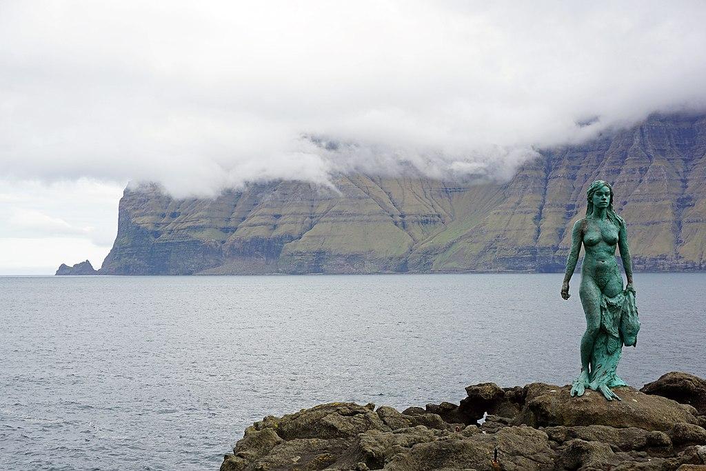 Статуя селки в Микладеалуре, о-в Кальсой, Фарерские о-ва